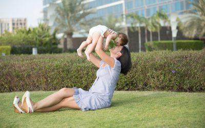 Lad ikke smerter holde dig fra at lege med dit barn